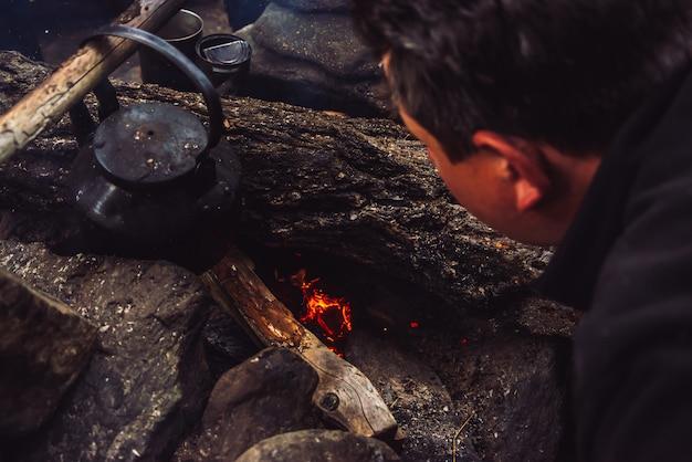 Tourist entzündet lagerfeuer