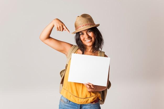 Tourist frau zeigt auf papier