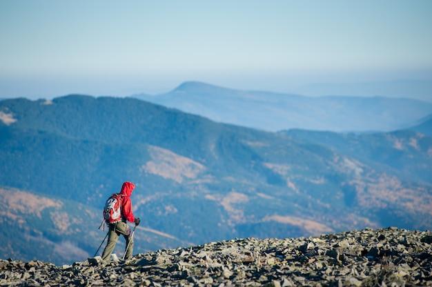 Tourist geht auf dem felsigen berg plato