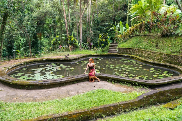 Tourist im park bei goa gajah