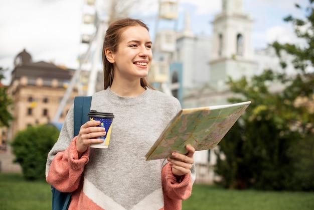 Tourist im park und riesenrad dahinter