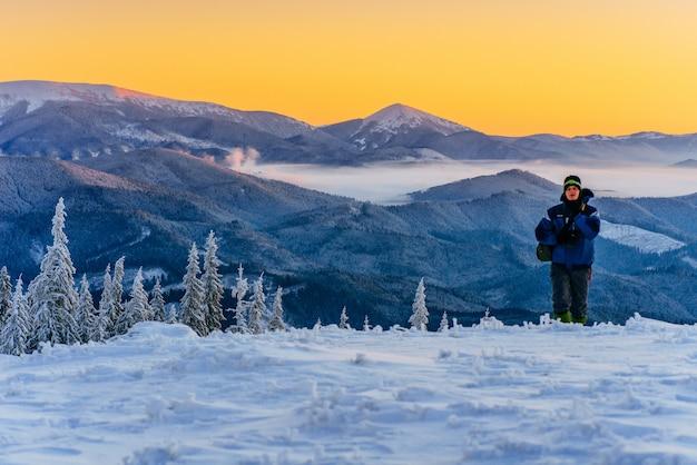 Tourist in den winterbergen