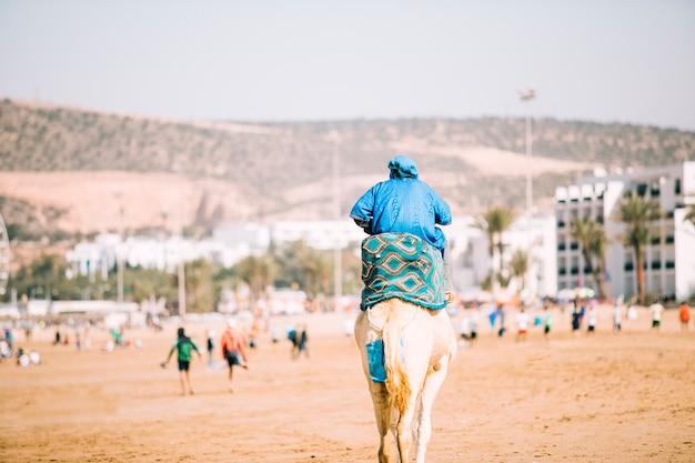 Tourist in der wüstenlandschaft