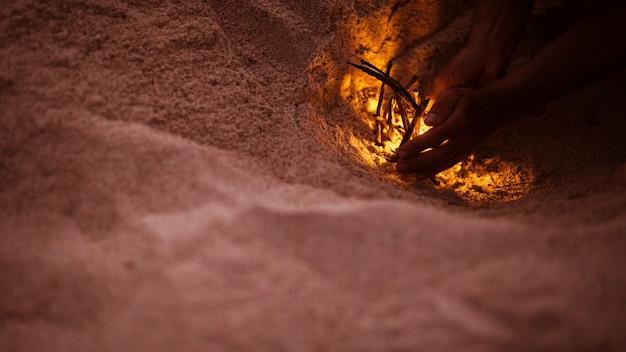 Tourist macht ein feuer am strand