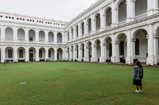 Tourist macht ein foto des viktorianischen baustils mit mittelhof innerhalb des indischen museums