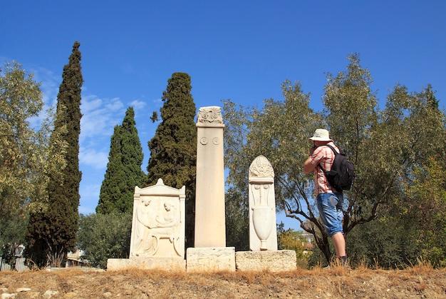 Tourist macht ein foto die alten gräber, athen, griechenland.