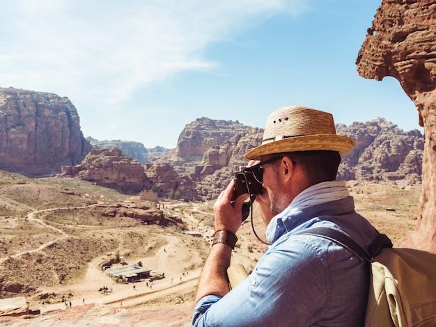 Tourist mit einer weinlesekamera. petra, jordanien.