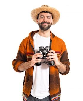 Tourist mit fernglas über weißem hintergrund