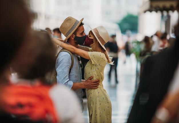 Tourist mit gesichtsmaske, die in der stadt küsst