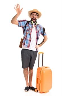Tourist salutiert über weißem hintergrund