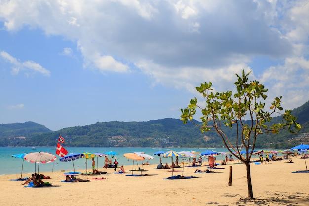 Touristen am kata noi strand - einer der besten strände in phuket, thailand.