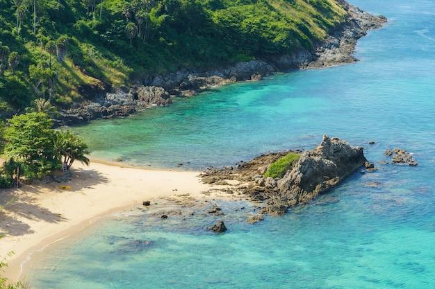 Touristen am ya nui strand im süden der insel phuket, thailand. tropisches paradies in thailand.