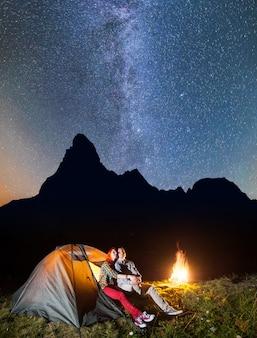 Touristen auf dem campingplatz in der nacht