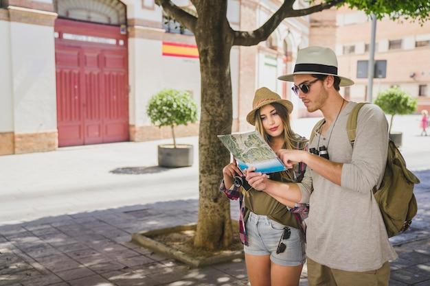 Touristen auf der suche nach einem ort