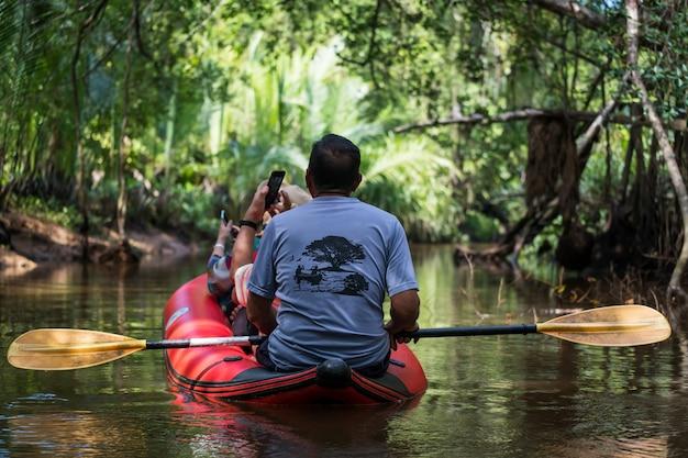 Touristen auf kanu besuchen little amazon oder klong sang nae canal