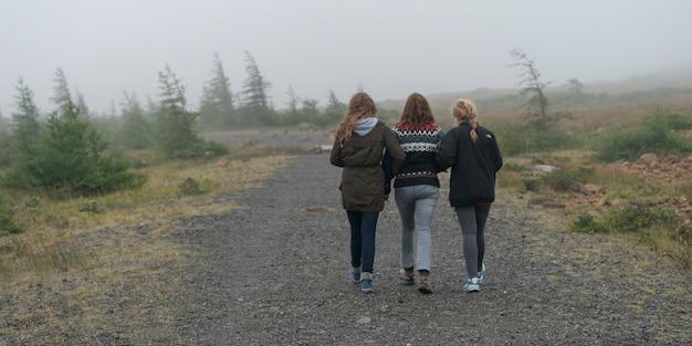 Touristen bei gros morne national park, bonne bay, neufundland und labrador, kanada