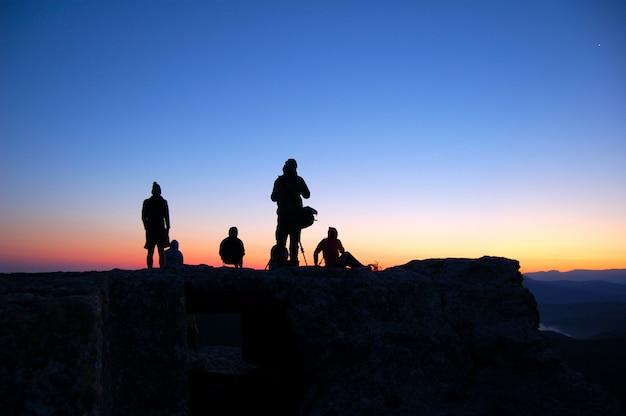 Touristen beobachten den sonnenaufgang