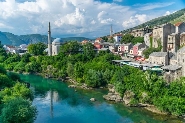 Touristen besuchten die im osmanischen stil erbaute brücke.