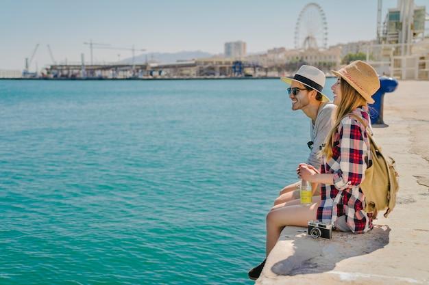 Touristen, die an der küste spaß haben