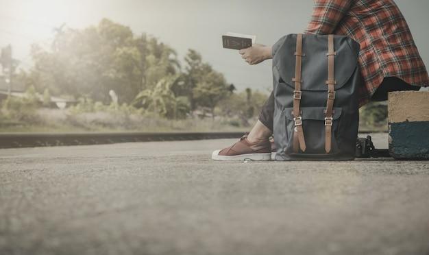 Touristen, die an verschiedenen orten reisen. die identität und neue freunde finden. vintage-stil.