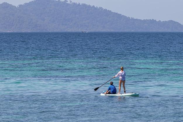 Touristen, die auf dem schönen meer kanu fahren