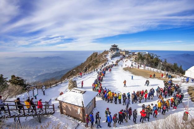 Touristen, die fotos von der wunderschönen landschaft machen und ski fahren rund um deogyusan,