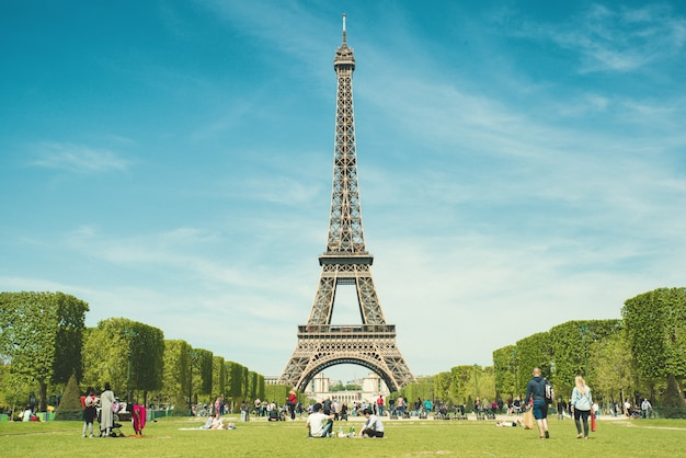 Touristen, die im park nahe eiffelturm paris, frankreich kühlen.
