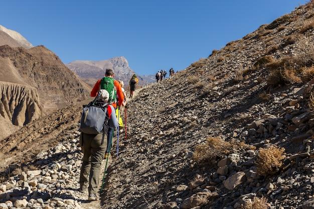 Touristen, die in den bergen wandern