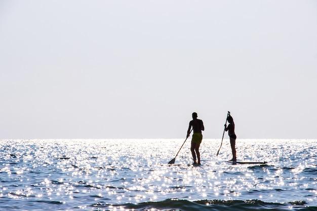 Touristen, die seeschöner bereich ao bang bang in koh kood-insel trat, thailand kayak fahren.