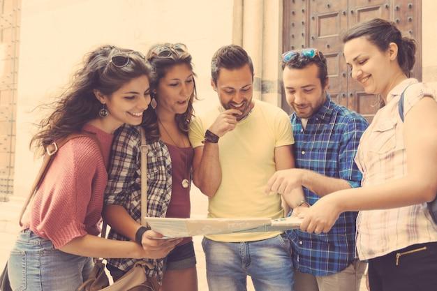 Touristen, die stadtplan in pisa betrachten.