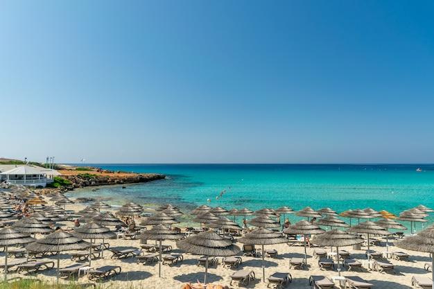 Touristen entspannen sich am berühmten strand von zypern. nissi beach