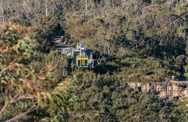 Touristen fahren mit der seilbahn über mountain.