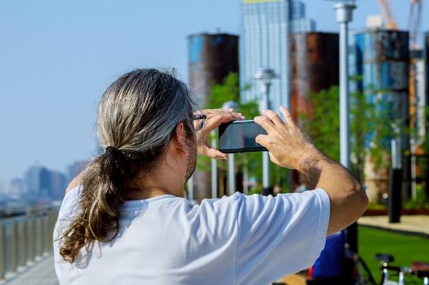 Touristen fotografieren mann fotograf fotografieren mit smartphone-kamera.