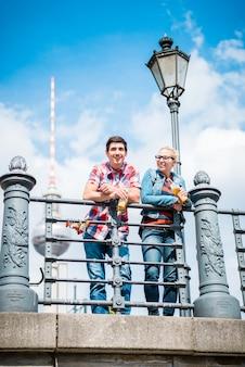 Touristen genießen den blick von der brücke auf die museumsinsel in berlin