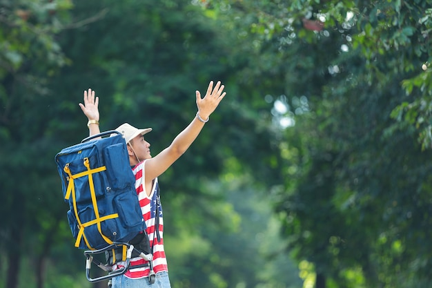 Touristen heben glücklich die hände auf dem land