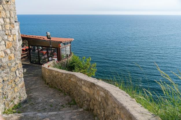 Touristen kamen zum abendessen während des sonnenuntergangs ins restaurant.