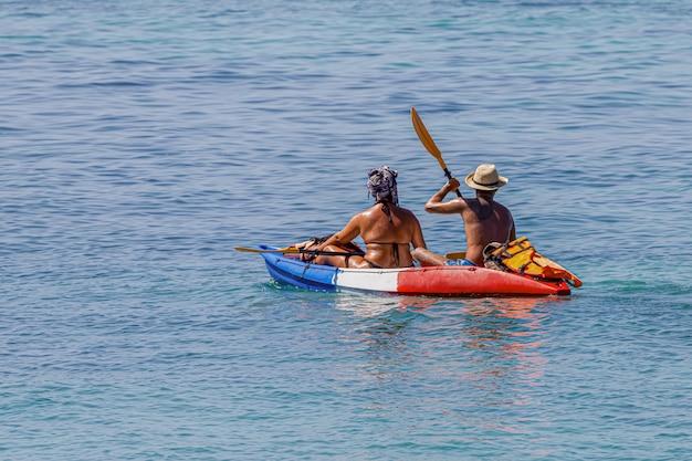 Touristen kanufahren auf dem schönen meer um lipe island, satun, thailand