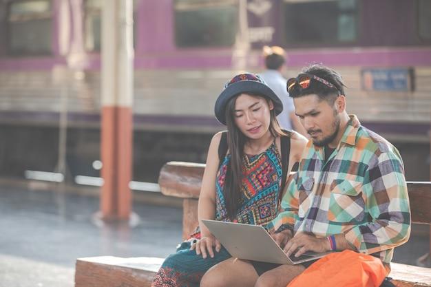 Touristen, paare, die tabletten betrachten, um anziehungskräfte zu finden.
