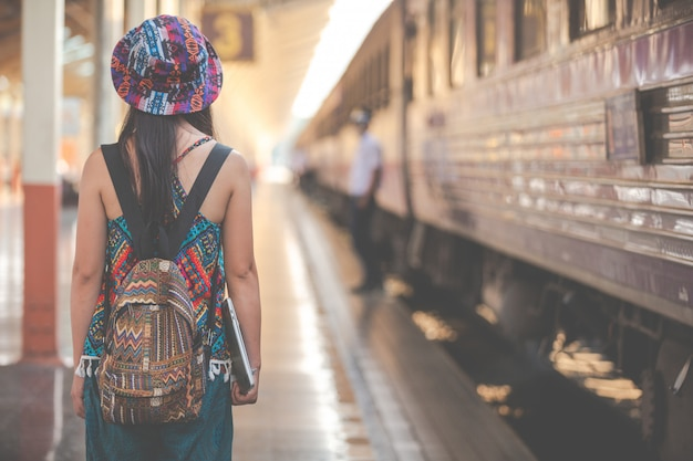 Touristen reisen zum bahnhof.