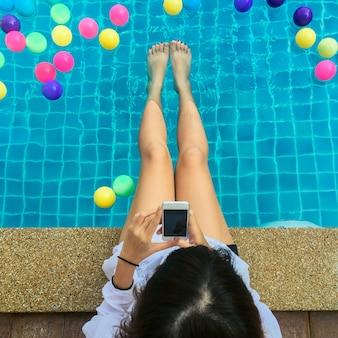 Touristen schwimmbad urlaub glücklich lächelnde