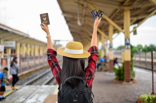 Touristen tragen auf reisen pastell- und kreditkarten bei sich.