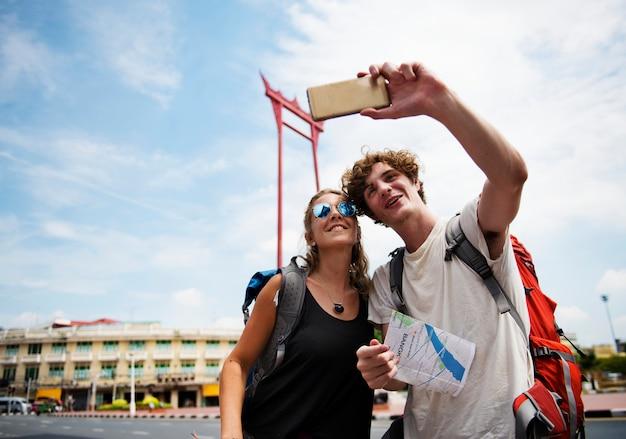 Touristen verbinden das nehmen von selfie mit dem riesigen schwingen in bangkok thailand
