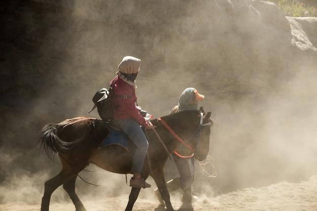Touristen, verlassen sich auf das pferd, um durch die wüste zu reisen.