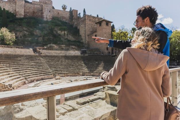 Touristen vor dem denkmal