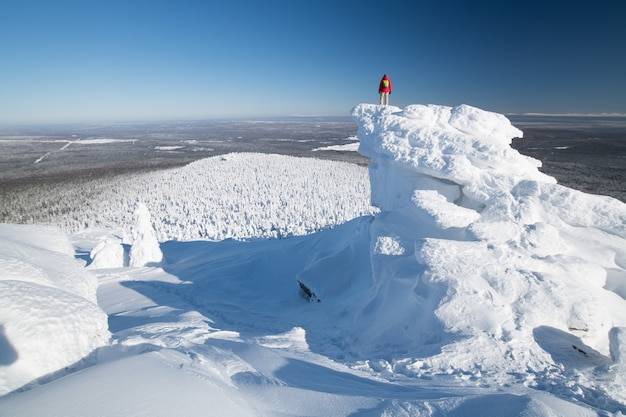 Touristen wandern bei sonnigem wetter auf dem schneebedeckten hang des polarwinters