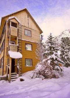 Touristenbasis im aktru-tal ein hohes haus in den bergen im schnee begraben