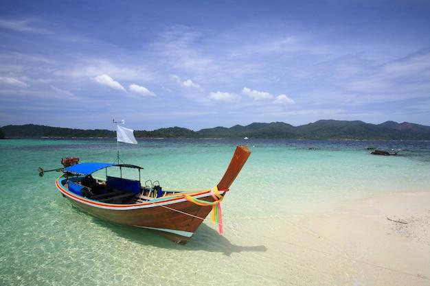 Touristenboot auf der insel