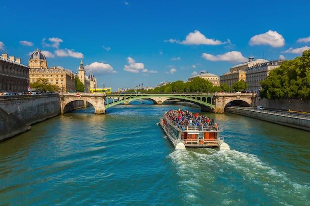Touristenboot auf der seine in paris, frankreich