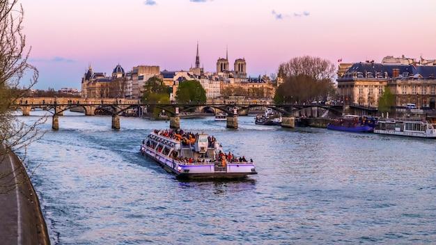 Touristenboot die älteste brücke pont neuf über die seine und historische gebäude von paris frankreich