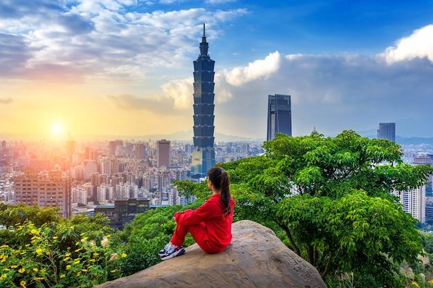 Touristenfrau, die blick auf berge in taipei, taiwan genießt.